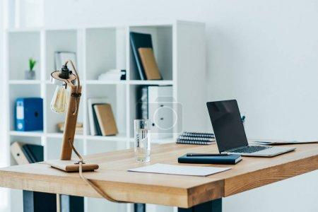 Photo pour Intérieur de bureau moderne avec lampe de table élégante - image libre de droit