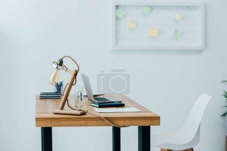 Photo pour Intérieur de bureau moderne avec ordinateur portable et fournitures - image libre de droit