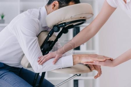Photo pour Masseuse massage des bras pour l'homme d'affaires au bureau de faire - image libre de droit