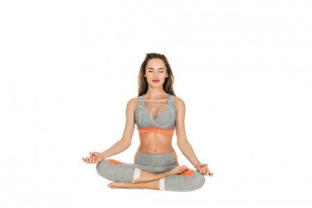 Photo pour Jeune femme avec des yeux fermés méditer en position du lotus isolée sur blanc - image libre de droit