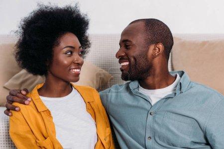 Photo pour Rire couple afro-américain en se regardant à la maison - image libre de droit