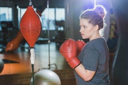 Photo pour Femme en surpoids ayant la formation de boxe au gymnase - image libre de droit