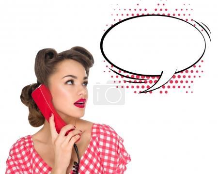 Photo pour Portrait de pin up femme parlant vieux téléphone avec bulle de dialogue vide isolé sur blanc - image libre de droit