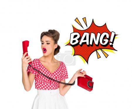 Portrait de pin up femme parlant vieux téléphone avec style comique bang signe isolé sur blanc