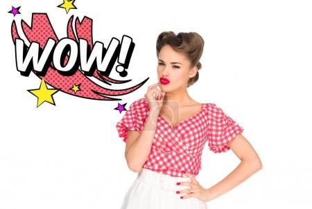 Photo pour Portrait de jeune femme pensive vêtements de style rétro et signe de wow style comique isolé sur blanc - image libre de droit