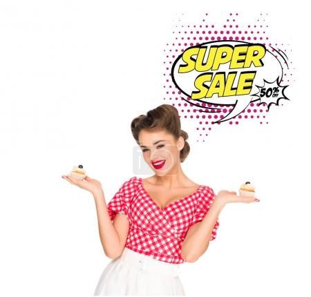Photo pour Portrait de la belle femme pin up vêtements avec petits gâteaux et bulle de vente super isolé sur blanc - image libre de droit