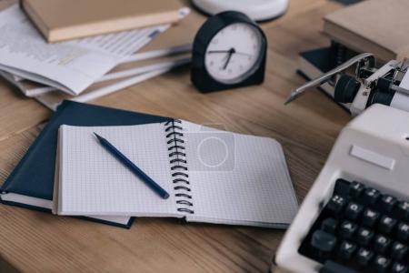 Foto de Close-up foto de lugar de trabajo de escritor con los cuadernos en blanco de la máquina de escribir - Imagen libre de derechos