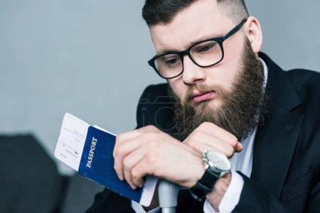 Photo pour Portrait d'homme d'affaires bien pensé avec passeport et billet en main - image libre de droit