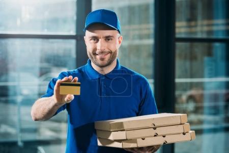 Photo pour Service de messagerie avec pizzas dans des boîtes montrant la carte de crédit - image libre de droit