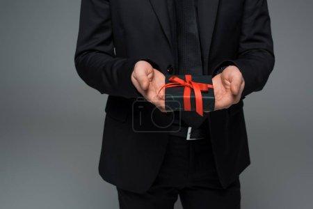 Photo pour Vue partielle des mains mâles tenant coffret isolé sur la notion de jour womens gris, international - image libre de droit
