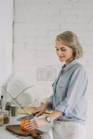 Photo pour Pamplemousse coupe belle fille à la cuisine - image libre de droit