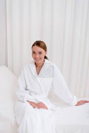 Photo pour Jeune femme séduisante en peignoir blanc reposant dans le salon de spa - image libre de droit