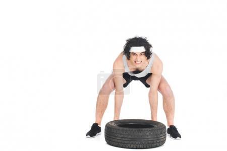 Photo pour Fâché sportif mince soulevant pneu isolé sur blanc - image libre de droit