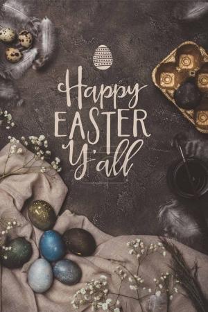 Photo pour Vue de dessus du bac à oeufs, or Pâques, fleurs, peinture et brossez sur toile avec Joyeuses Pâques vous lettrage tous - image libre de droit