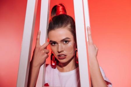 Foto de Retrato de mujer de moda pensativa mirando a la cámara - Imagen libre de derechos