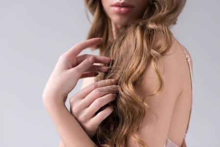 Foto de Vista recortada de la tierna chica con el pelo largo, aislado en gris - Imagen libre de derechos