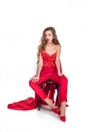 Photo pour Belle fille en vêtements rouges assis sur la chaise, isolé sur blanc - image libre de droit