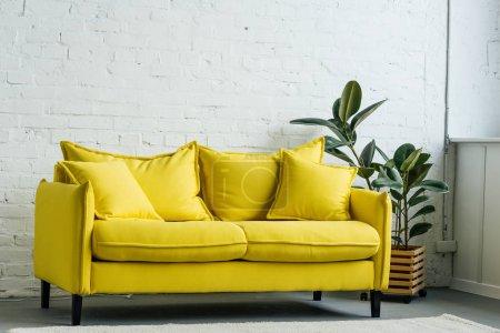 Photo pour Intérieur moderne de la pièce lumineuse avec canapé jaune - image libre de droit