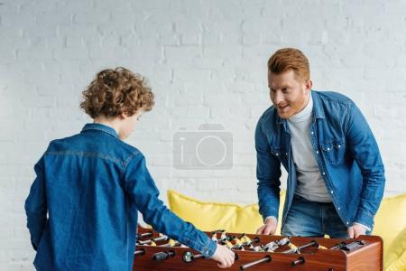 Foto de Padre e hijo jugando al futbolín juntos - Imagen libre de derechos