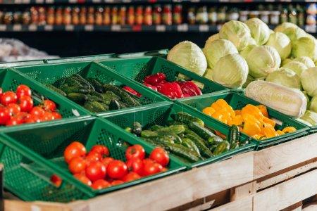 Photo pour Bouchent la vue de légumes arrangés en épicerie - image libre de droit
