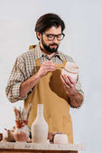 """Постер, картина, фотообои """"Бородатый Поттер картина керамической посуды в мастерской"""""""