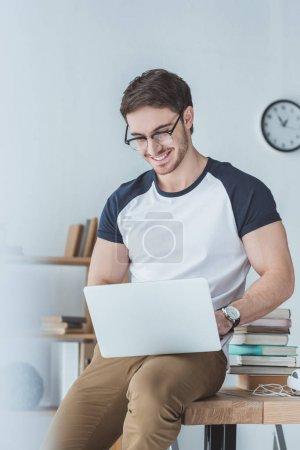 Photo pour Sourire étudiant apprendre et utiliser un ordinateur portable - image libre de droit