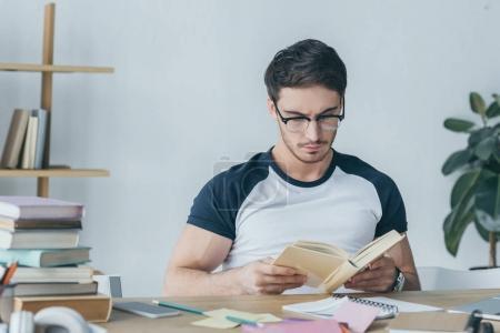 Photo pour Beau livre de lecture étudiant masculin - image libre de droit