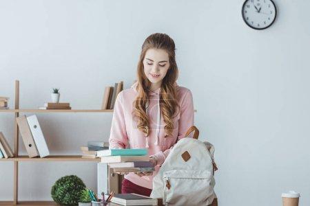Photo pour Séduisante étudiante avec livres et sac à dos - image libre de droit