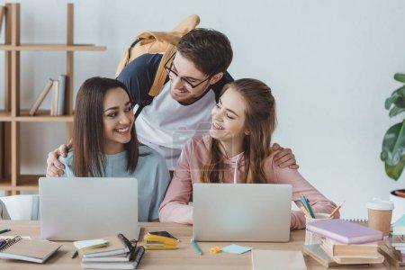 Photo pour Jeunes étudiants multiculturels étudiant avec des ordinateurs portables ensemble - image libre de droit