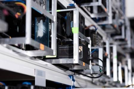 Photo pour Étagères avec des composants informatiques pour la ferme minière éthérique - image libre de droit