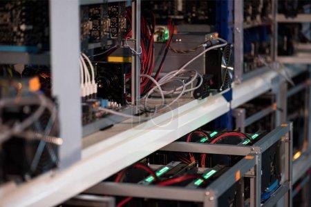 Photo pour Gros plan de l'étagère avec de l'équipement pour la ferme minière Bitcoin - image libre de droit