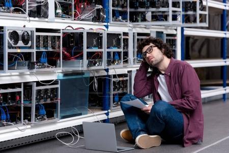 Photo pour Jeune ingénieur en informatique à la ferme minière éthérique - image libre de droit