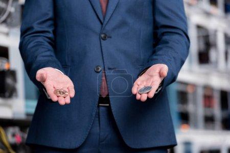 Photo pour Plan recadré de l'homme d'affaires tenant Bitcoins à la ferme minière crypto-monnaie - image libre de droit