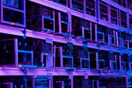 Photo pour Ferme minière éthérée sous la lumière violette - image libre de droit