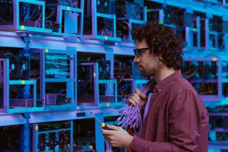 Photo pour Ingénieur en informatique avec des fils sur l'épaule à la ferme minière éthérique - image libre de droit