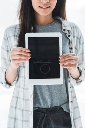 Photo pour Vue rapprochée de la tablette numérique avec écran blanc dans les mains des femmes - image libre de droit
