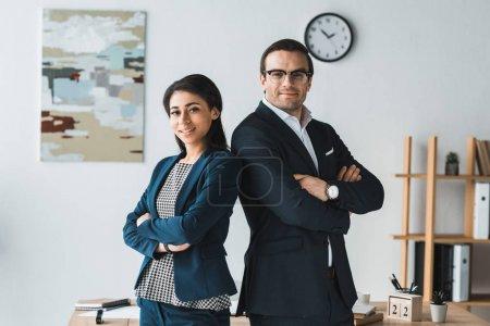 Photo pour Homme d'affaires et femme d'affaires debout côte à côte dans le Bureau - image libre de droit