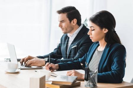Photo pour Collègues de travail, travail de table avec ordinateur portable au bureau moderne - image libre de droit