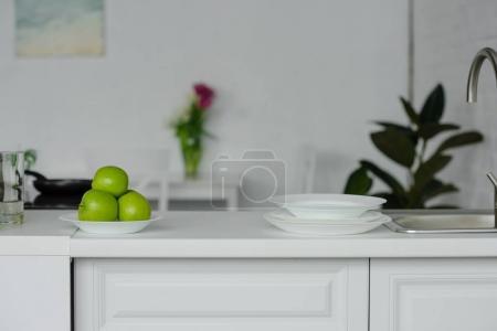 Photo pour Pommes délicieuses mûres au comptoir de la cuisine - image libre de droit