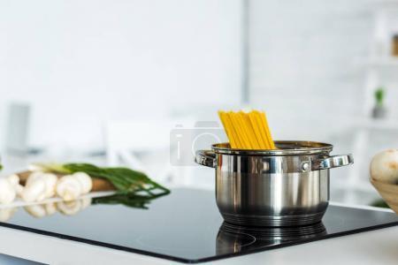 Photo pour Casserole avec pâtes sur une cuisinière électrique propre dans la cuisine - image libre de droit