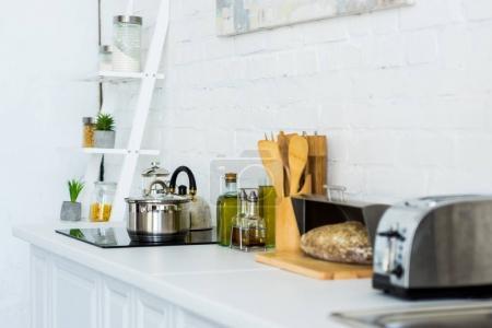 Photo pour Grille-pain et cuisinière électrique dans une cuisine moderne léger - image libre de droit