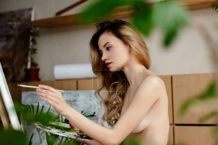Photo pour Mise au point sélective de photo de belle nue jeune artiste peinture - image libre de droit
