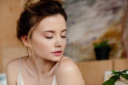 Photo pour Portrait en gros plan de belle fille tendre avec les yeux fermés dans le studio d'art - image libre de droit