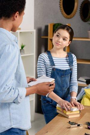 Foto de Multiétnicos amigos hablar de deberes en casa - Imagen libre de derechos