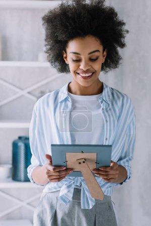 Foto de Feliz mujer afroamericana en el marco de la foto - Imagen libre de derechos