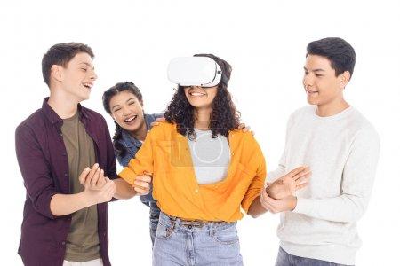 Foto de Grupo de estudiantes jóvenes jugando con auriculares vr aislado en blanco - Imagen libre de derechos