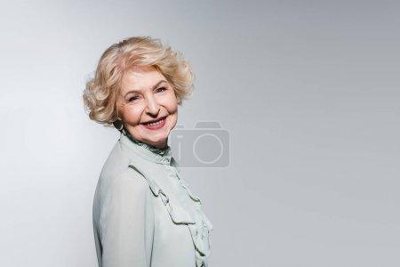 Photo pour Portrait en gros plan d'une heureuse femme âgée isolée sur fond gris - image libre de droit