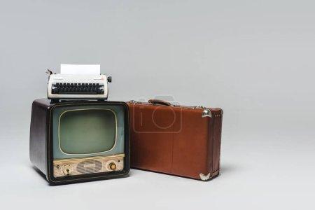 vintage tv sur gris