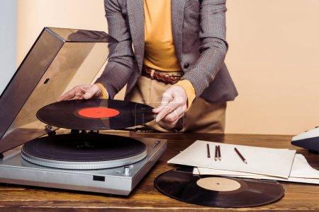 Photo pour Plan recadré de la femme allumant le tourne-disque vinyle - image libre de droit