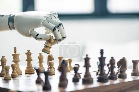 Photo pour Vue rapprochée du robot jouant aux échecs, mise au point sélective - image libre de droit